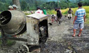 Warga Perbaiki Jalan Carul-Cawitali
